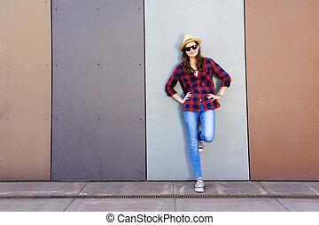 vacker, nymodig, flicka, nära, den, wall., youth, style., mode, skott.