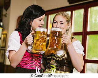 vacker, oktoberfest, drickande, öl, kvinnor