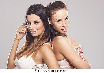 Lesbisk par förföra ung flicka