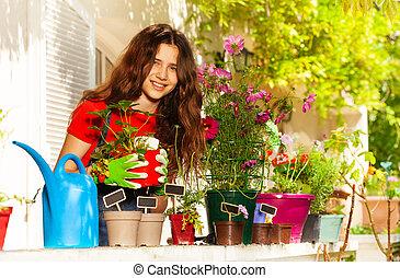 vacker, plantande, krukor, flicka, blomningen, balkong