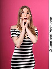 vacker, rosa färg synar, kvinna, öppnat, stor, chockerat, looking., mun, bakgrund, närbild, stående