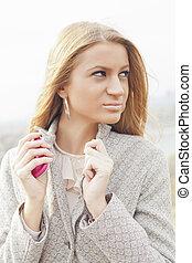 vacker, rosa, vandrande, kvinna, ung, mobiltelefon