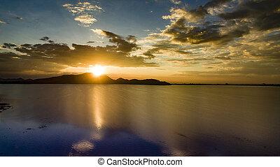 vacker, scenisk, av, sunuppsättning, sky, hos, bangpra, behållare, insjö, in, chonburi, östlig, av, thailand