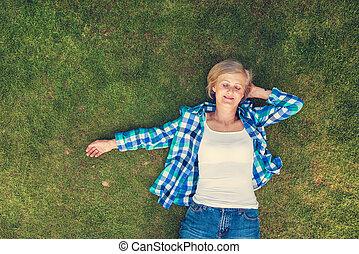 vacker, senior woman, in, natur