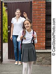 vacker, skola, ung, väska, gå, stående, leende flicka