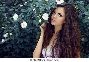vacker, sommar, kvinna, trädgård, lockig, nature., hair., länge, bakgrund, utomhus, stående