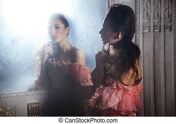 vacker, stående, brunett, spegel, nästa