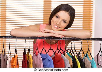 vacker, stående, kvinna, skönhet, ung, medan, kamera, store., le, försäljning butiken