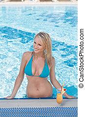 vacker, stående, swimming., solbada, ung, medan, hon, älskar, slå samman, kvinnor