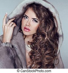 vacker, tröttsam, kvinna, pälsfodra, vinter, flicka, grå, täcka, formgivning, länge, isolerat, hår, bakgrund., brunett, modell, mode, mink, posing.