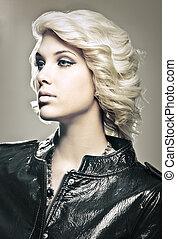 vacker, ung, blond, sätt modellera, med, läderjacka