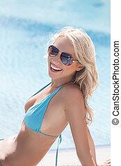 vacker, ung, girl., bikini, kamera, bakgrund, stående, le, kvinnor, glänsande, slå samman, simning