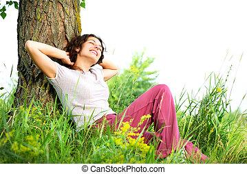 vacker, ung kvinna, avkopplande, outdoors., natur