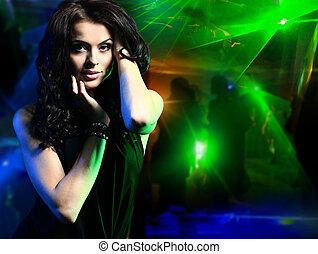 vacker, ung kvinna, dansande, in, den, nattklubb