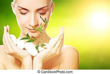 vacker, ung kvinna, holdingen, växt, uppe väx, genom, stenar