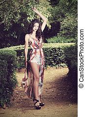 vacker, ung kvinna, modell, av, mode, in, a, trädgård