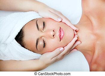 vacker, ung kvinna, mottagande, ansiktsbehandling, massage.