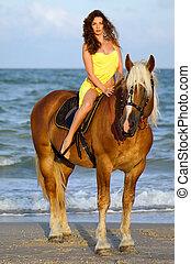 vacker, ung kvinna, ridande, a, häst