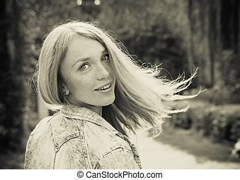 vacker, ung kvinna, utomhus