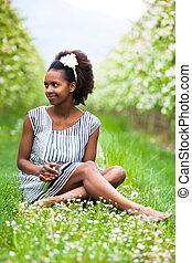 vacker, utomhus, folk, -, ung, amerikansk kvinna, svart, afrikansk, stående