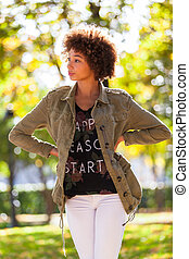 vacker, utomhus, folk, -, ung, höst, amerikansk kvinna, svart, afrikansk, stående