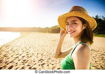 vacker, vandrande, kvinna, ung, solnedgång strand