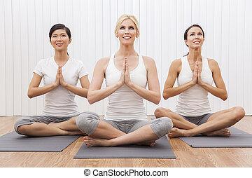 vacker, yoga, tre, grupp, mellan skilda raser, ställning, kvinnor