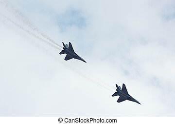 vadászrepülőgép, csinál, repülés, ég, két, felhős, támad, ...