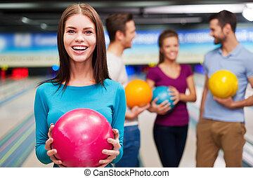 vad, kan, vara, bättre, än, bowling?, vacker, unga kvinnor, holdingen, a, bowling kula, medan, tre folk, meddela, mot, bowling allé