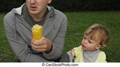 vader, baby mais, zijn, het voeden