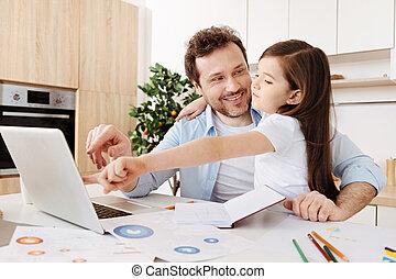 vader, draagbare computer, dochter, het koesteren, wijzende