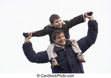 vader, dragende zoon, op, zijn, schouders