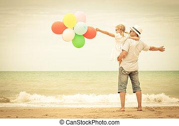 vader en dochter, met, ballons, spelend, op het strand, op, de, da