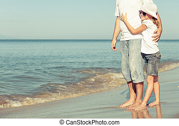 vader en dochter, spelend, op, de, strand.