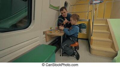 vader en kind, in, trein, toneelstuk, ruimte