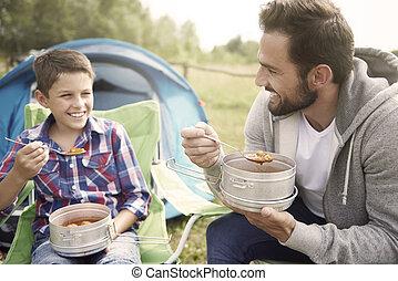 vader, en, zijn, zoon, eten, diner, op, kamperen