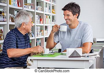 vader en zoon, het communiceren, terwijl, het hebben van koffie