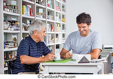 vader en zoon, het hebben van koffie, bij lijst