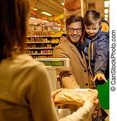vader en zoon, in, een, grocery slaan op