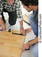 vader en zoon, installeren, wooden flooring