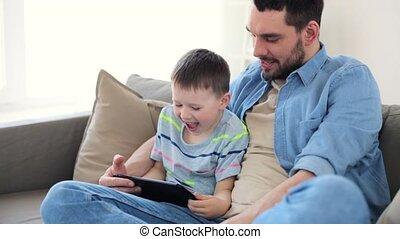 vader en zoon, met, tablet pc, spelend, thuis