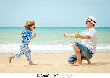 vader en zoon, spelend, op het strand, op, de, dag, time.