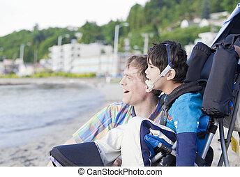 vader, het genieten van, strand, met, invalide, zoon