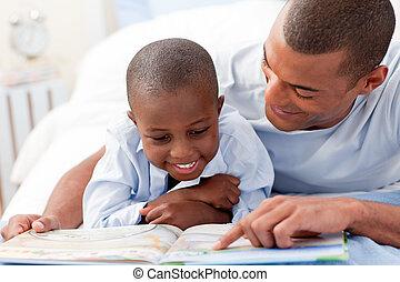 vader, lezende , met, zijn, zoon