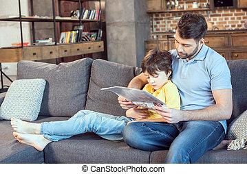 vader, samen, zoon, krant, thuis, lezende