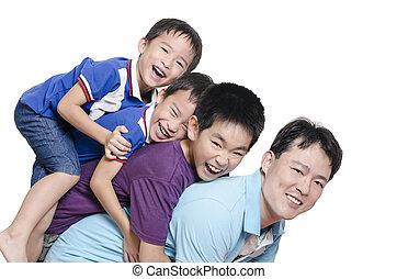 vader, spelend, met, kinderen, op wit, achtergrond