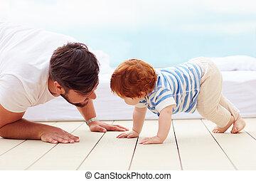 vader, spelend, met, zijn, weinig; niet zo(veel), zoon, op de vloer