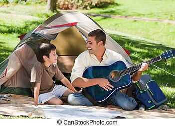 vader, spelende guitar, met, zijn, zoon