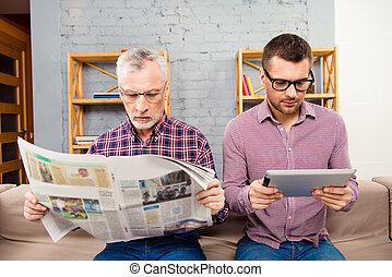 vader, tablet, oud, gebruik, zijn, krant, lezende , zoon