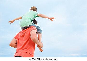 vader, verdragend, zijn, zoon, op, schouders